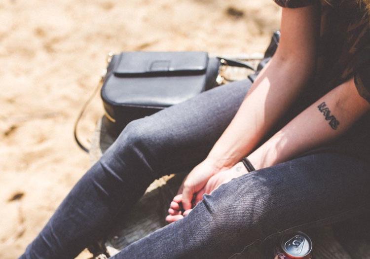 Crossbody kabelky alebo kabelky cez rameno – viete ich správne nosiť?