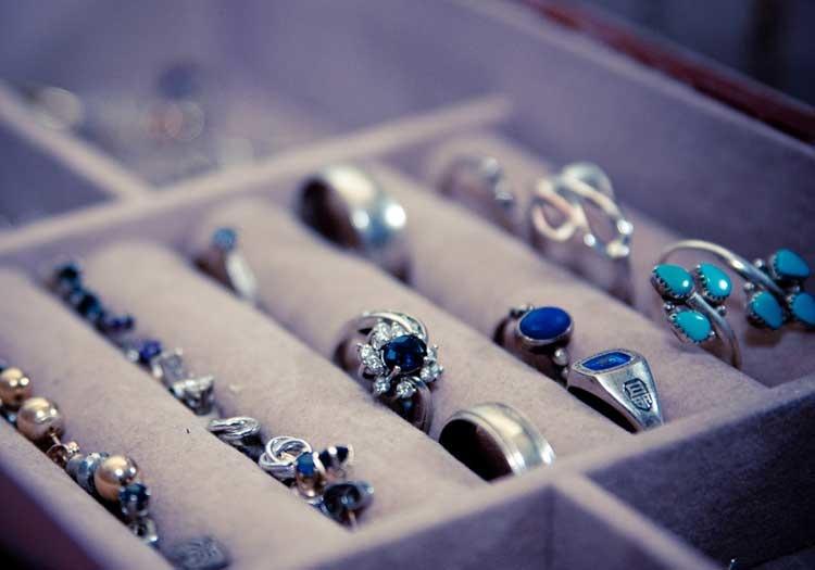 Ako zladiť šperky s kabelkou?