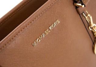 Jeho meno nosia na kabelke ženy po celom svete. Kto je vlastne Michael Kors?