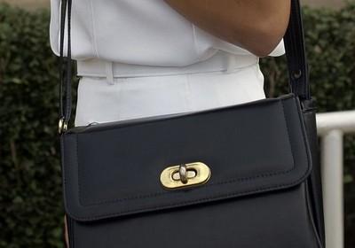Ako správne skombinovať kabelku s outfitom?