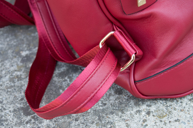 Červený kožený ruksak