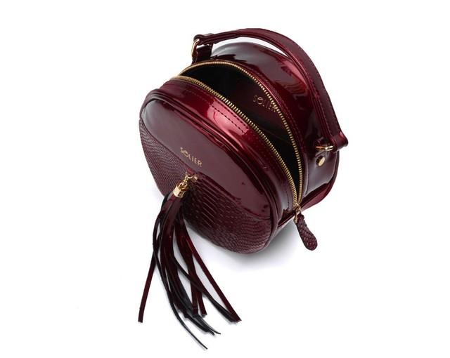 Kabelka - lesklá vzorovaná okrúhla crossbody, burgundy